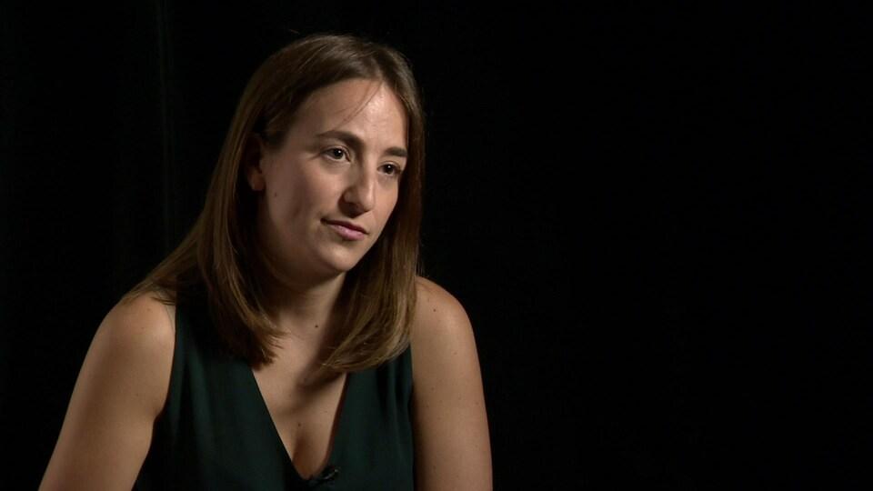 Tina Tenneriello parle en entrevue devant un fond noir.