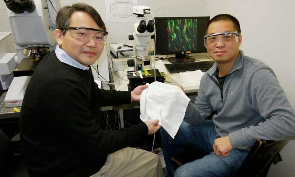 Les chercheurs YuHuang Wang et Ouyang Min présentent leur création.