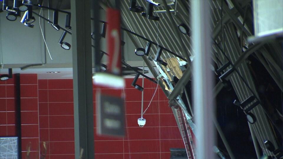 Environ 30 % du toit du supermarché s'est effondré.
