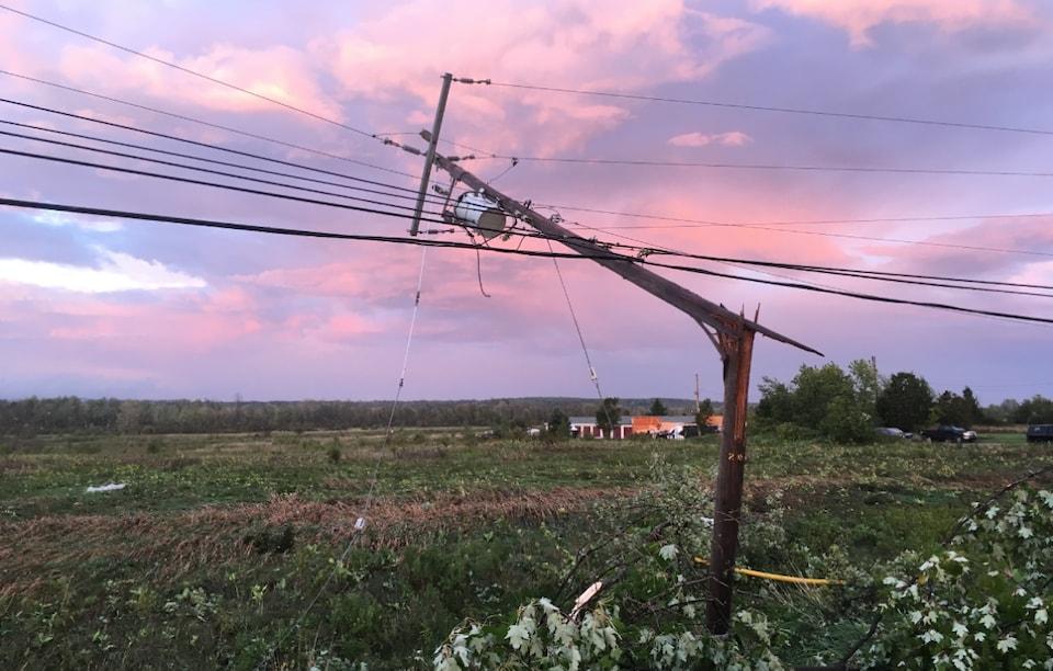 Un poteau électrique brisé.