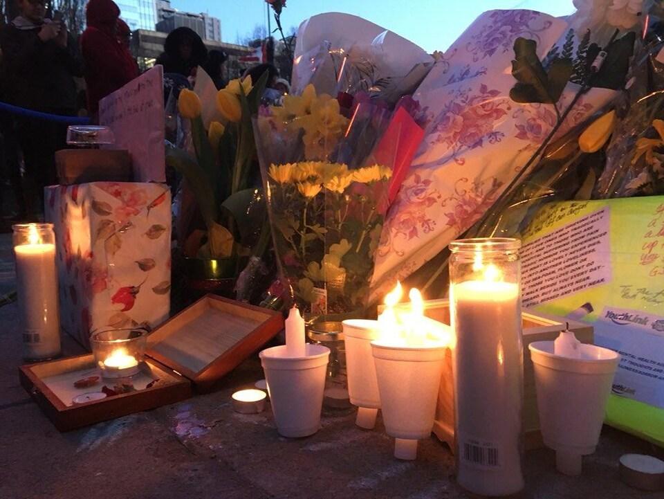 Des bougies à la mémoire des victimes de l'attaque.
