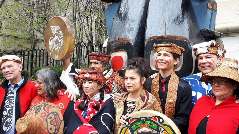 Plusieurs membres de la nation kwakiutl ont accompagné Charles Joseph pour le dévoilement de son mât totémique devant le Musée des beaux-arts de Montréal