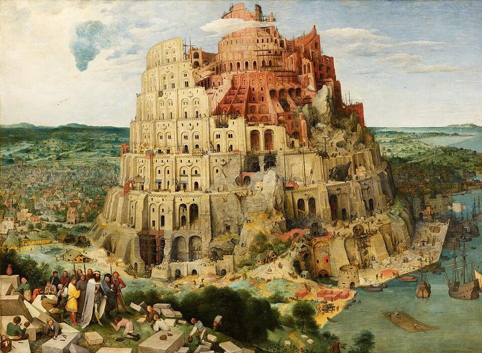 La tour de Babel immense près de l'eau, près de 10 étages.