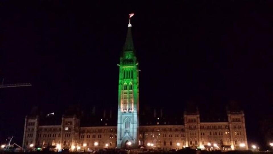 La Tour de la Paix éclairée en vert et blanc.