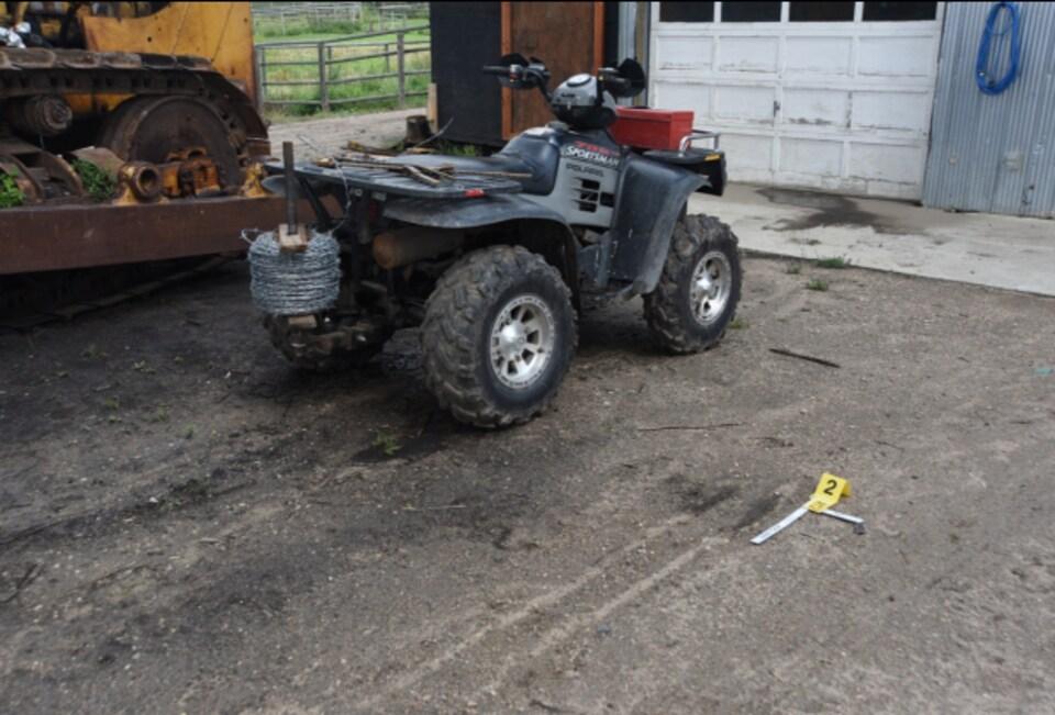 Un véhicule tout-terrain noir sur la ferme de Gerald Stanley, près du garage.
