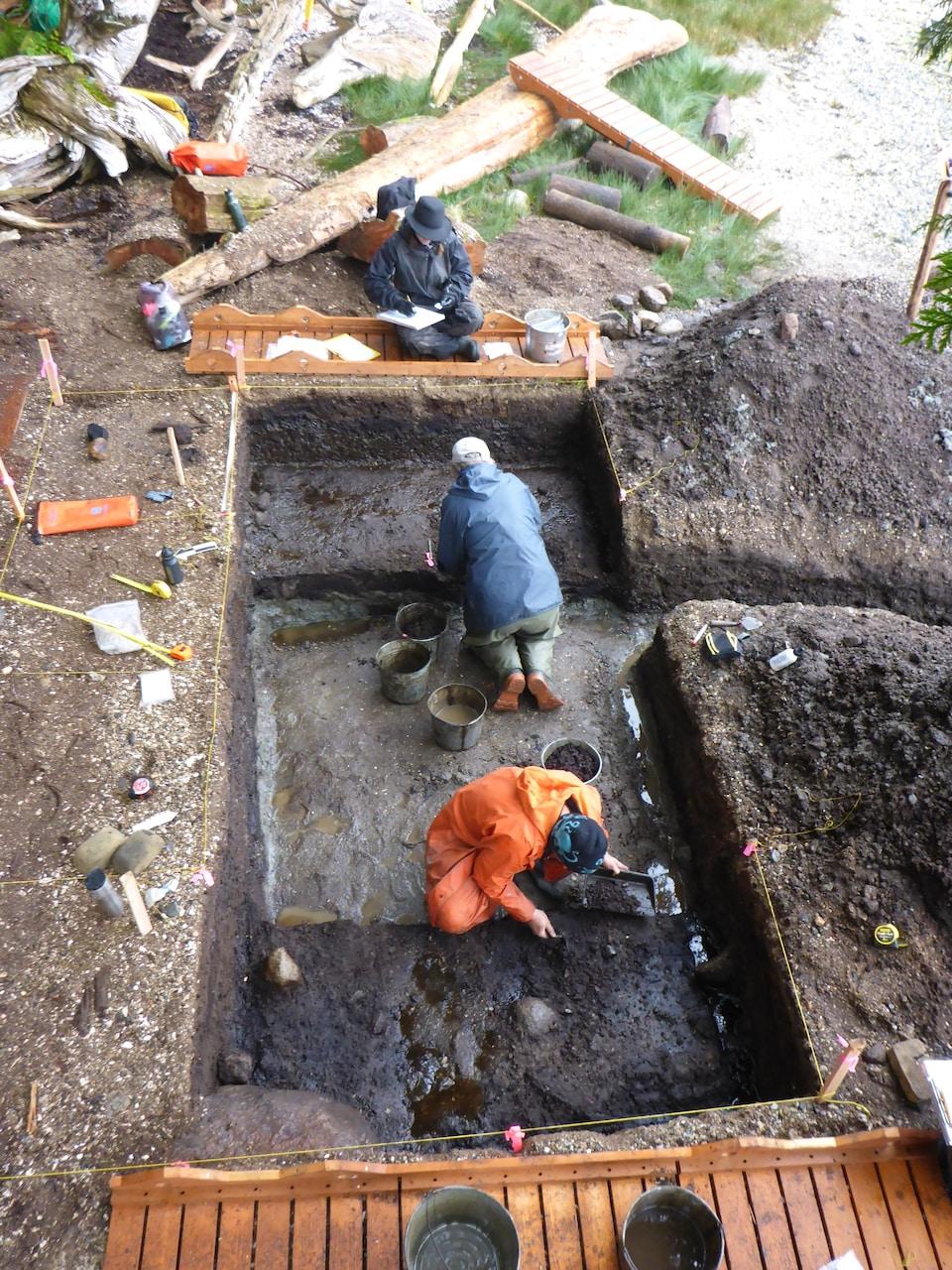 Des chercheurs font des fouilles archéologiques.