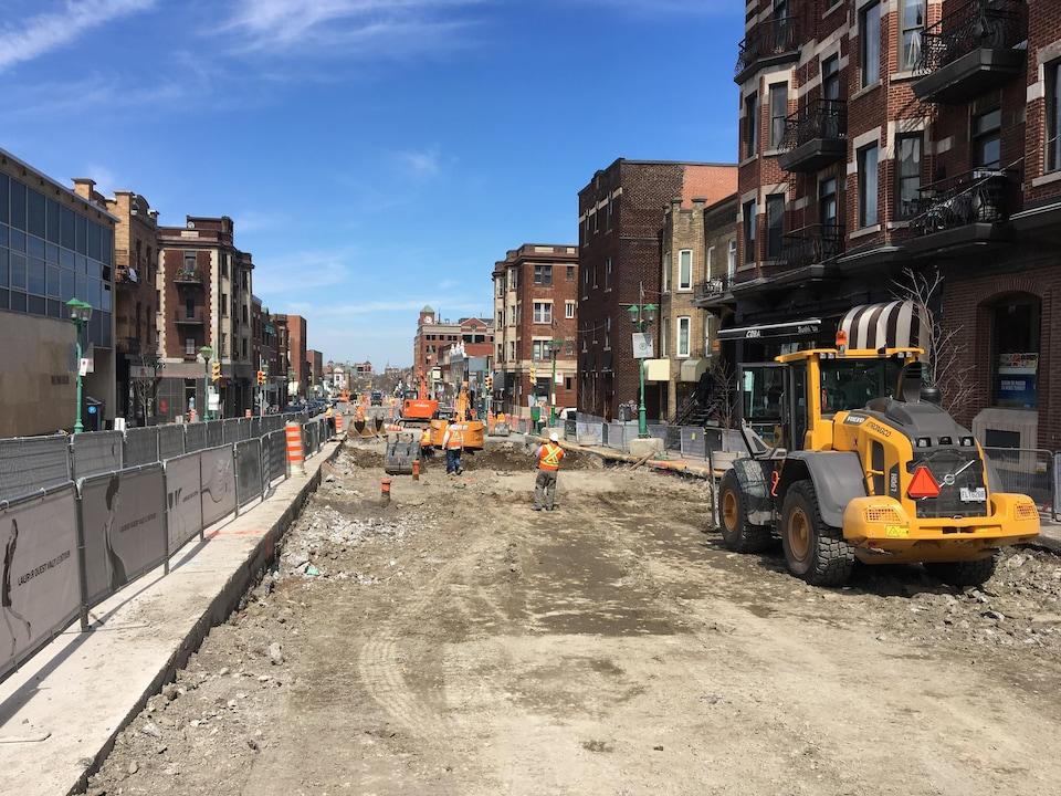 Le chantier vise à refaire le réseau d'aqueduc et d'égout ainsi que les conduites de gaz. Les trottoirs seront ensuite élargis et la chaussée refaite.