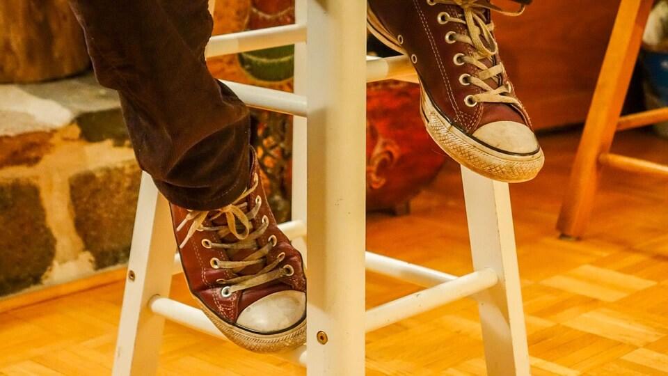 Les souliers d'un jeune homme photographiés de manière anonyme