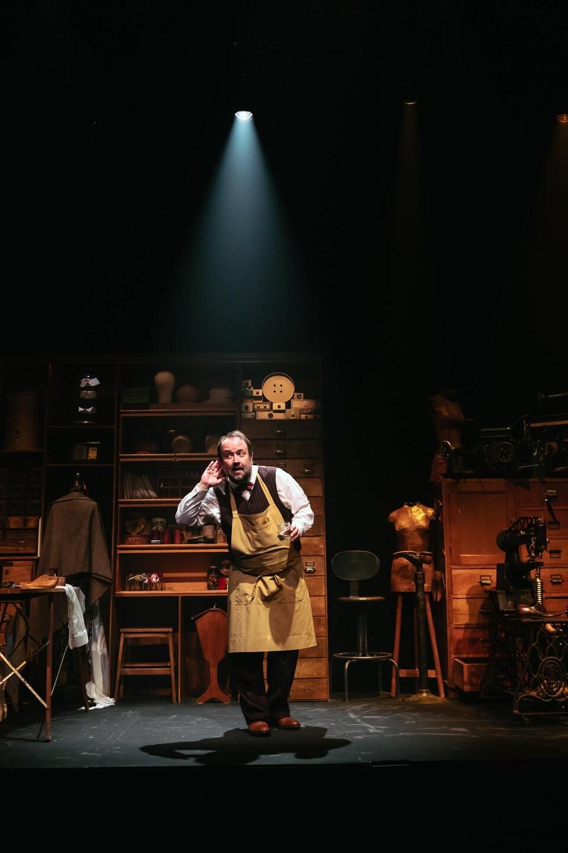 Un comédien au centre d'un atelier.