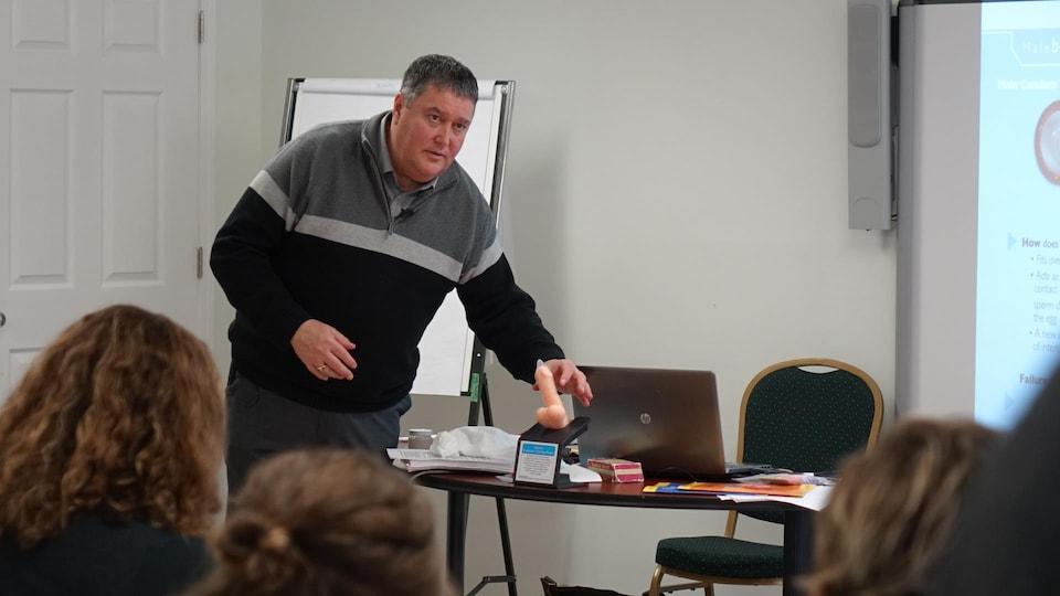 Le formateur, Danny Soucy, expose tout ce qu'il faut savoir sur l'utilisation de contraceptifs, comme les condoms.