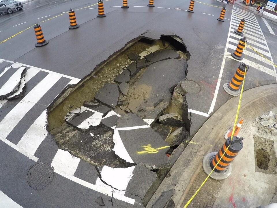 Vue aérienne du trou dans la chaussée.