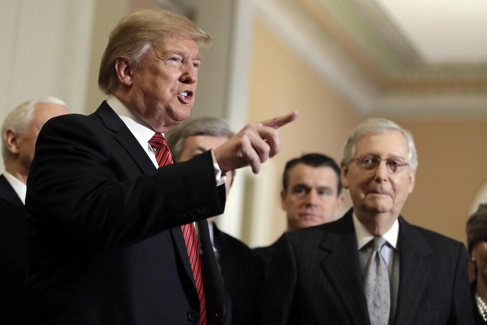 Le président Donald Trump et plusieurs sénateurs républicains, dont le président du Sénat, Mitch McConnell, s'adressent aux journalistes.