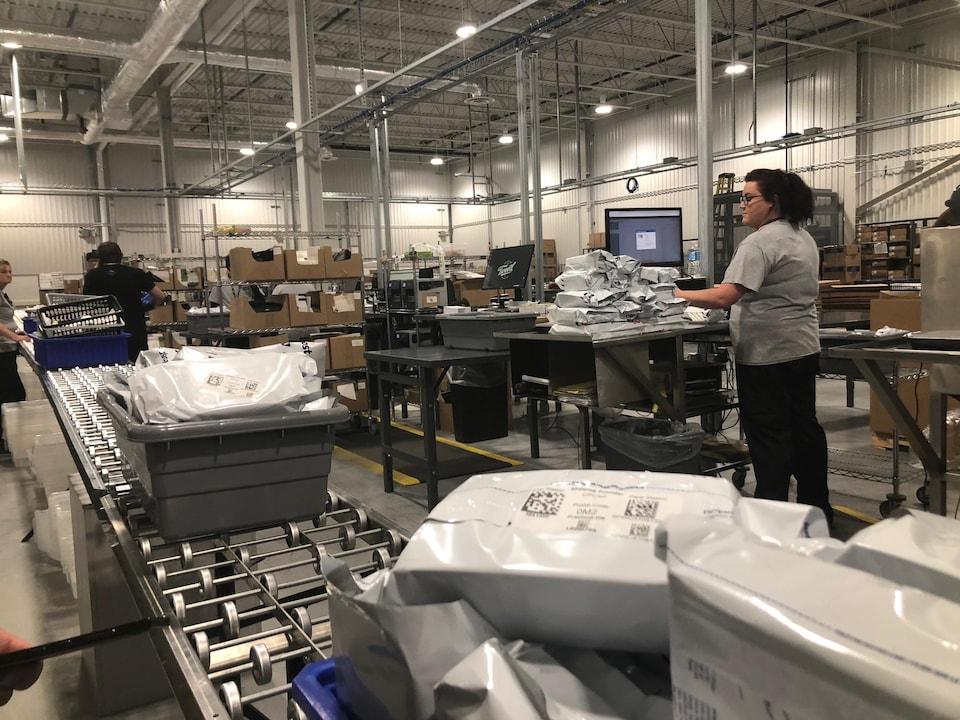 Des employés s'activent dans un entrepôt.