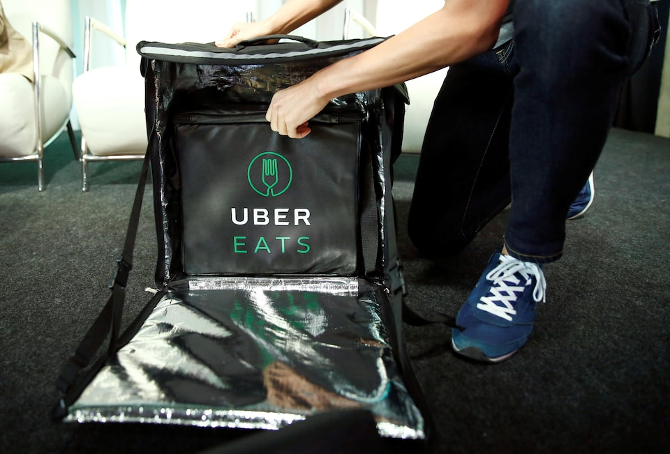 Un chauffeur d'UberEats se prépare à livrer un repas.