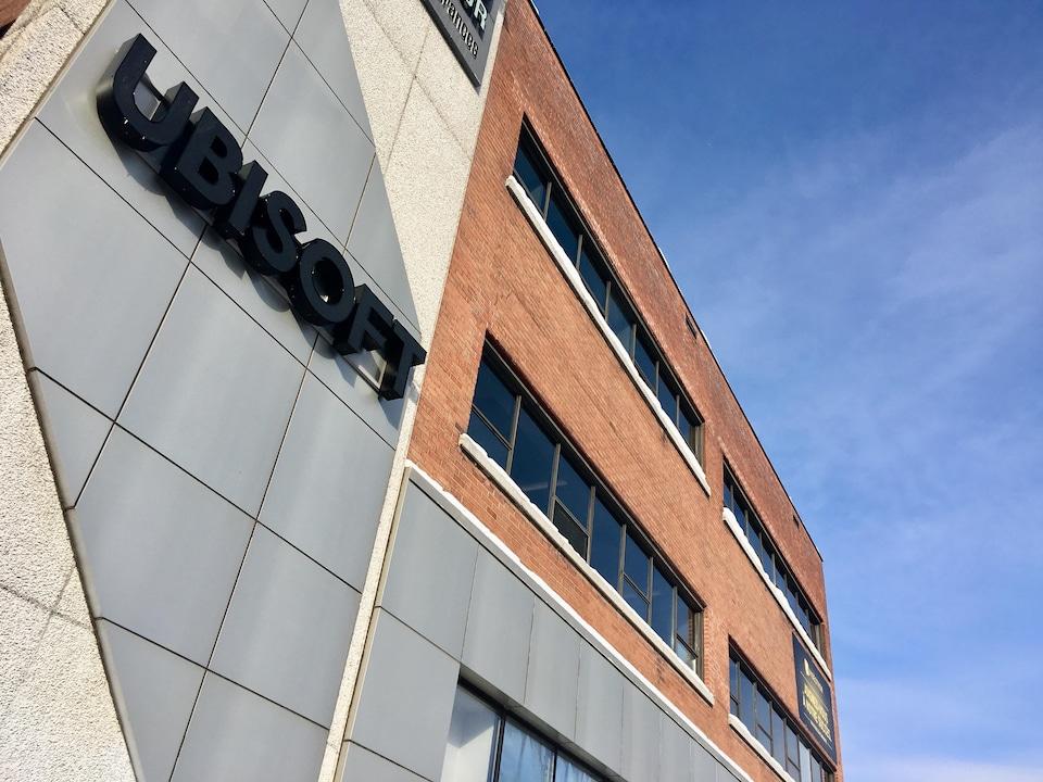 Un bâtiment en brique avec le logo d'Ubisoft.