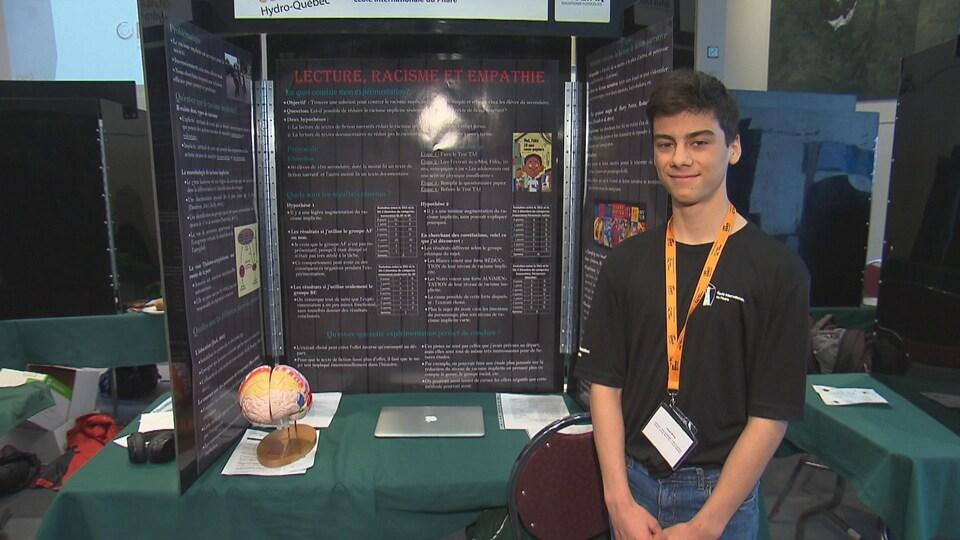 Ulysse Mckay, de l'École internationale Du Phare, a présenté le projet «Raciste, mon cher Watson!». On le voit ici devant son kiosque à la finale estrienne de l'Expo-sciences.