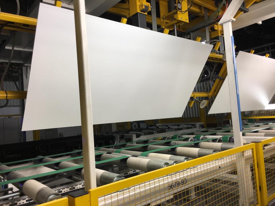 Panneaux sur la ligne de production