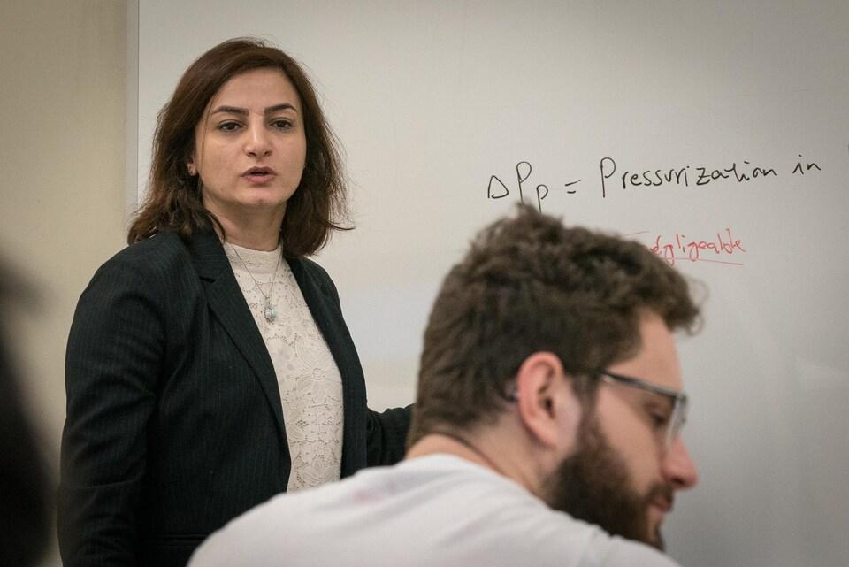 Gelareh Momen donne un cours à l'UQAC.