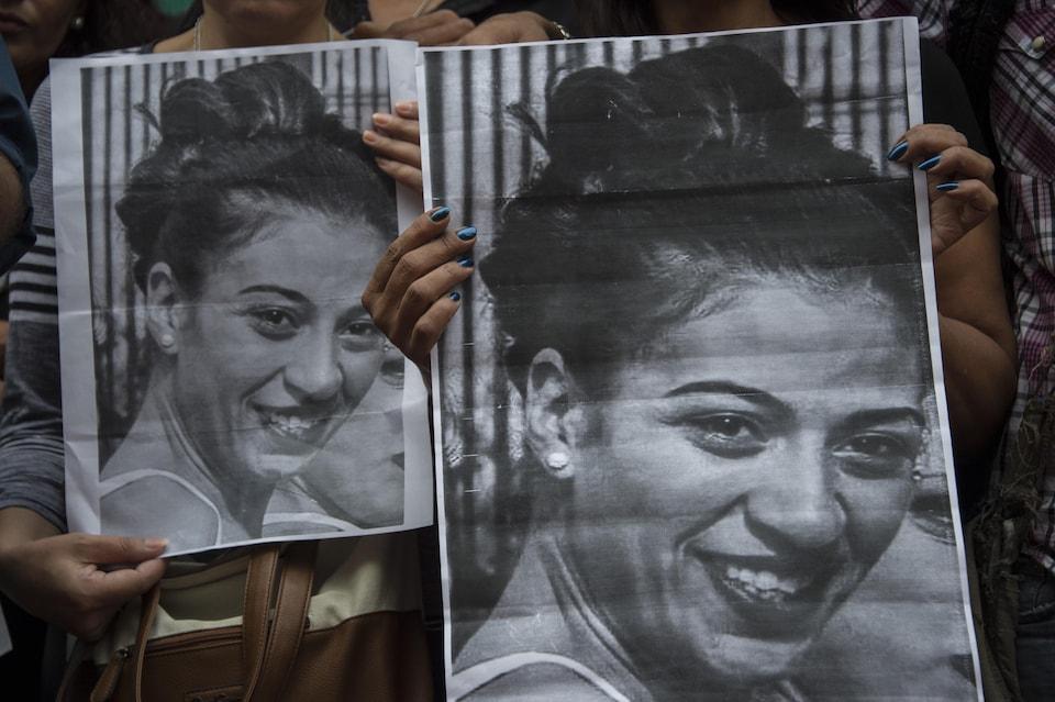 Gros plan en noir et blanc d'une jeune femme souriante.