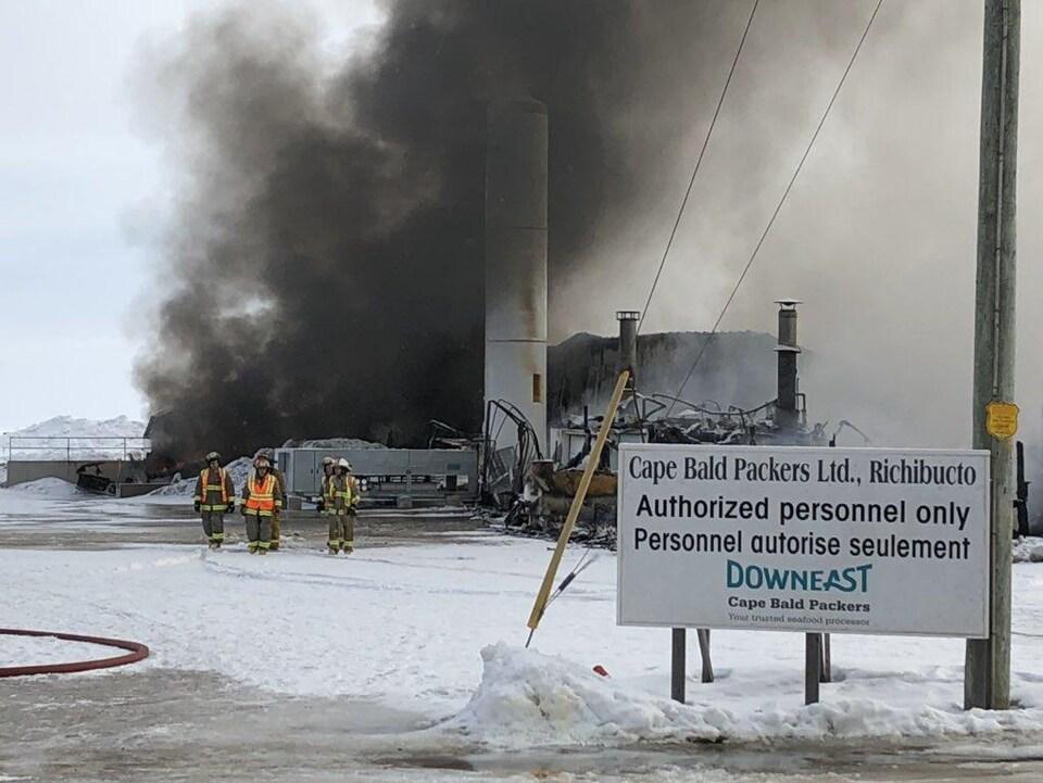 De la fumée se dégage des reste de l'usine Cape Bald Packers, à Richibouctou-Village.