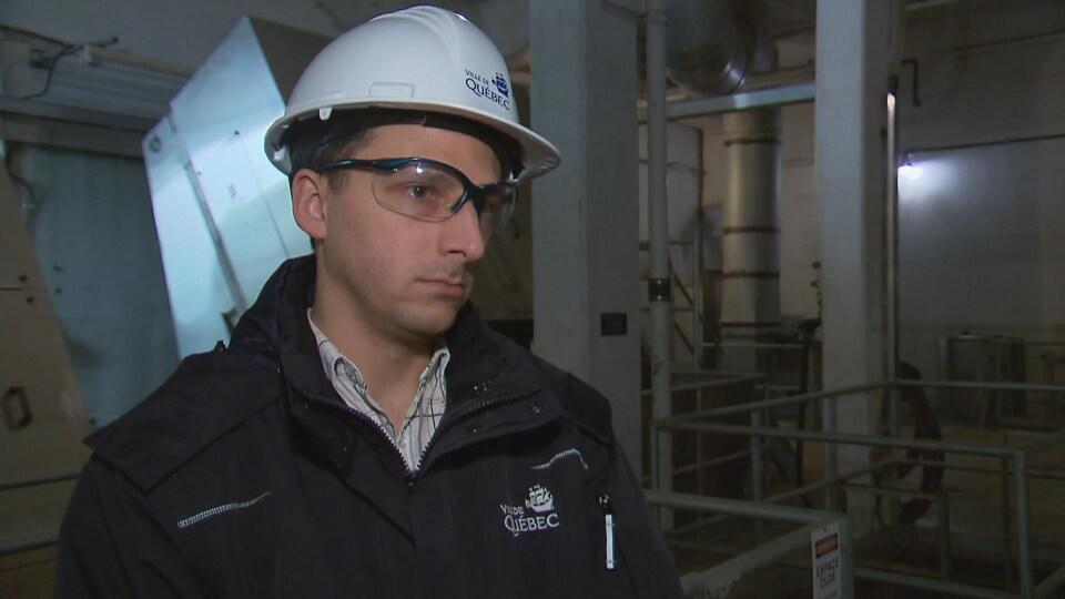 L'ingénieur à la Ville de Québec Frédéric Cloutier souligne que les bris, la main-d'oeuvre et les contrats pour nettoyer les équipements et les dégâts causés par les objets indésirables coûtent environ 675 000 $ aux contribuables de la capitale chaque année.