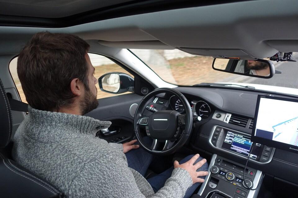 L'ingénieur Simon Maignan au volant de la voiture autonome de Valeo