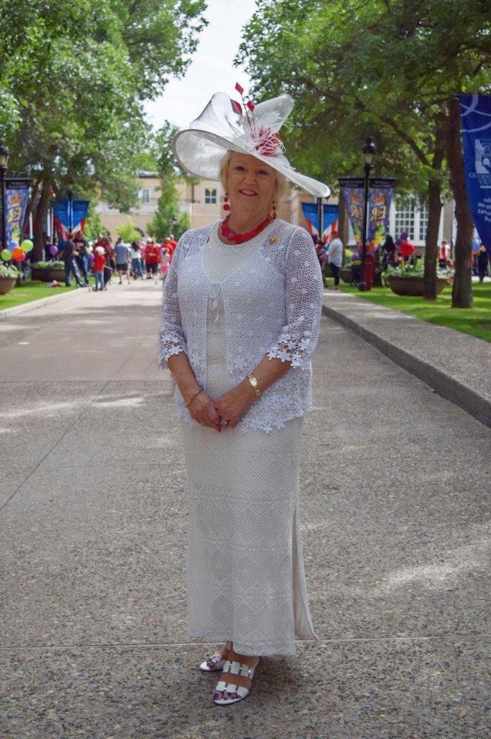 Une photo de Vaughn Schofield qui porte un chapeau fabriqué par Sherri Hrycay