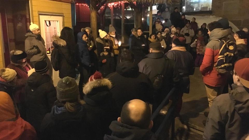 Une cinquantaine de personnes regroupées au centre-ville de Gaspé avec des chandelles.