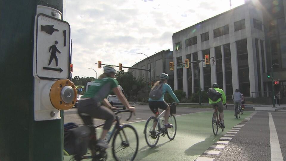Des cyclistes traversent la rue à Vancouver.