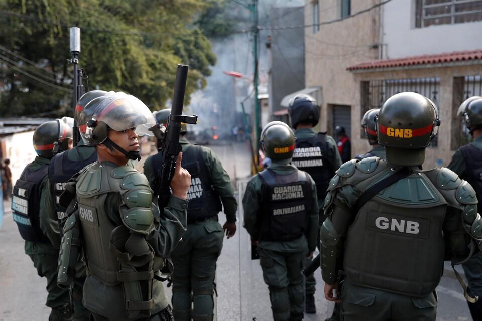 La garde nationale vénézuélienne face à des manifestants près de l'un de leurs avant-postes à Caracas