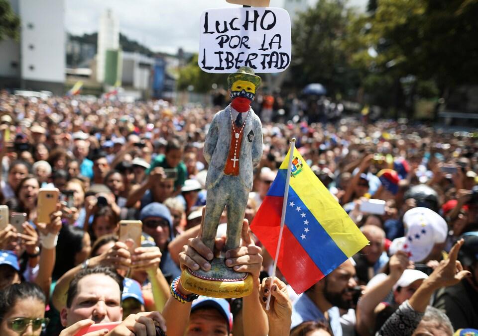 On voit la statuette qui indique : «Je me bats pour la liberté».