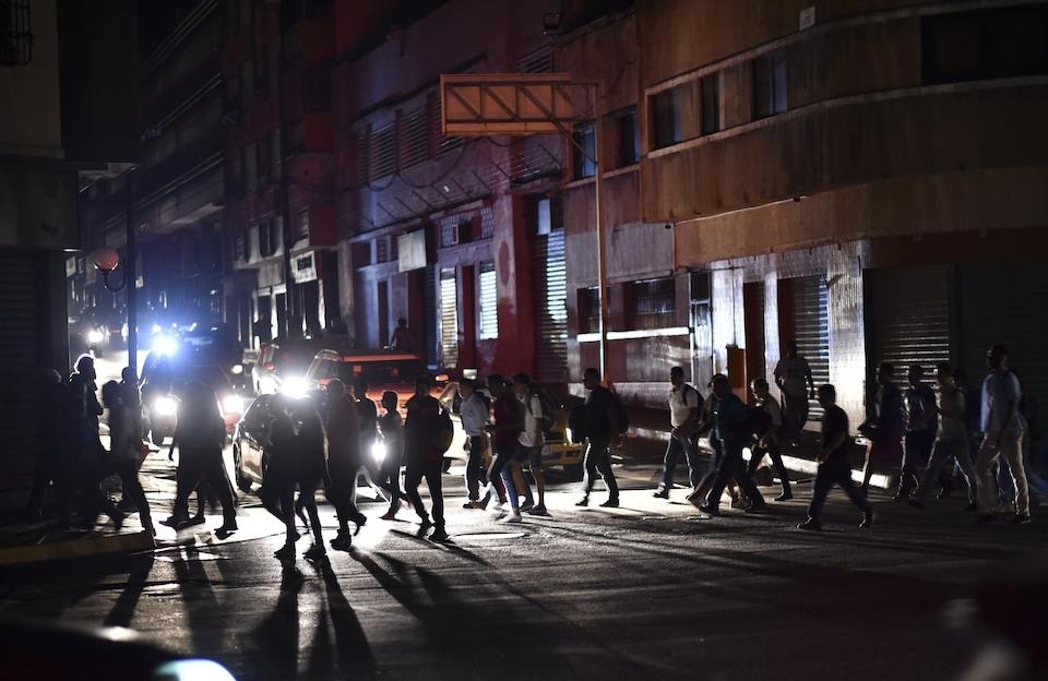 Les Caracassiens doivent vivre avec un manque criant d'électricité.