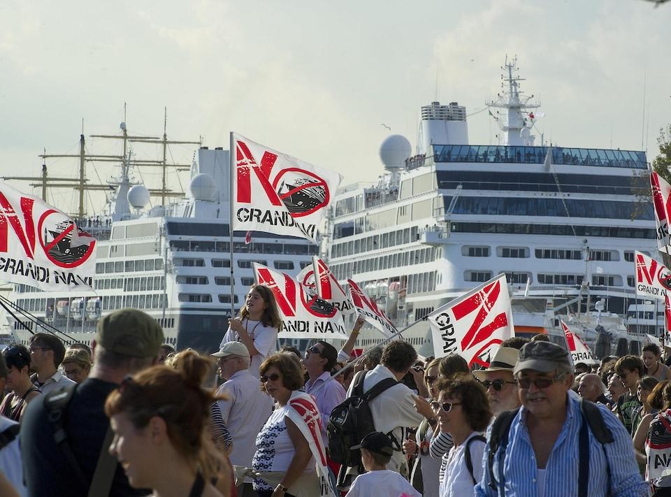 Des manifestants vénitiens devant des bateaux de croisière