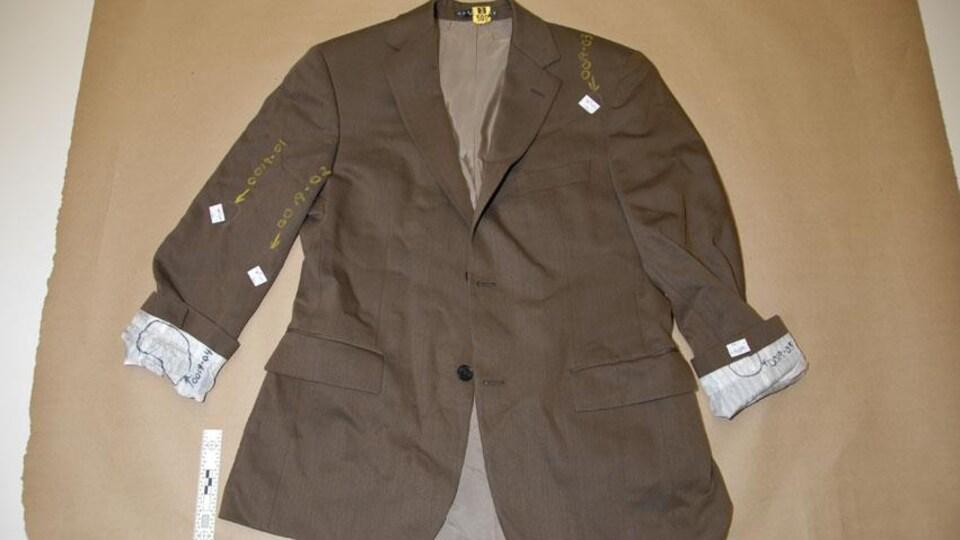 Le veston brun de Dennis Oland.