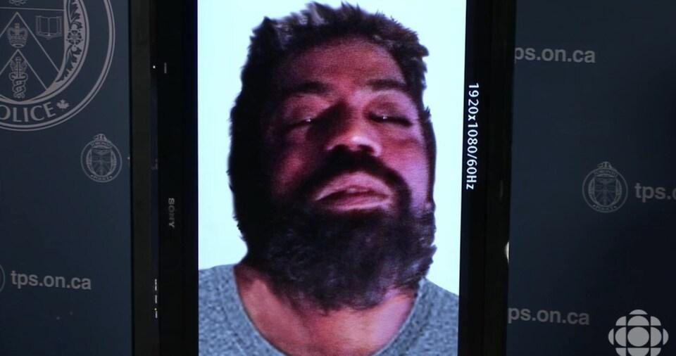 Photo du cadavre d'un homme barbu.