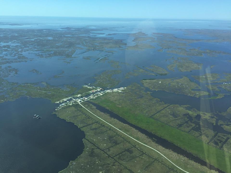 Vue aérienne d'un village entouré d'eau.