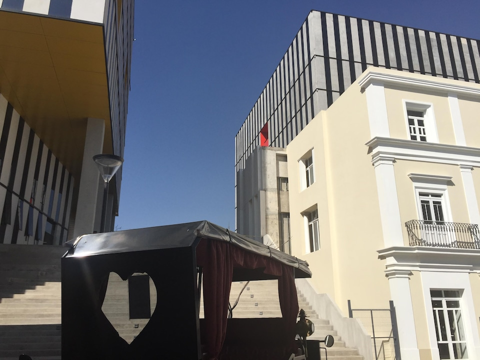 Des édifices modernes.
