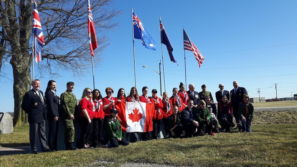 Le groupe de scouts et guides de London, en Ontario, avant leur départ vers la France, en compagnie de vétérans.