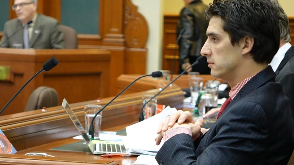 Le conseiller municipal de Sherbrooke Vincent Boutin, dans la salle du conseil