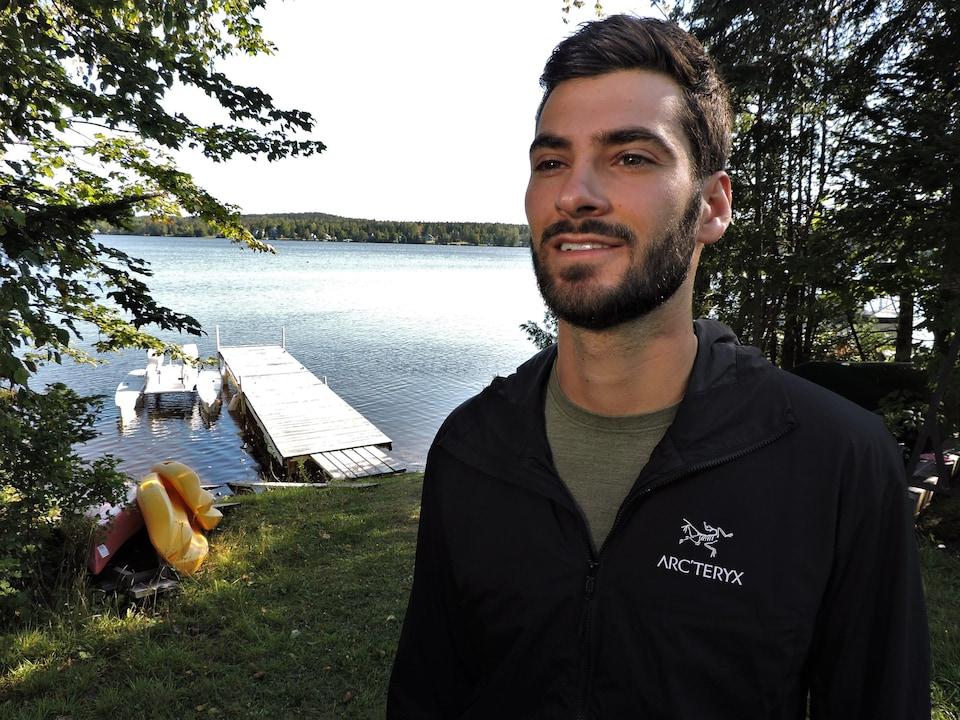 Vincent Gagné près d'un lac.