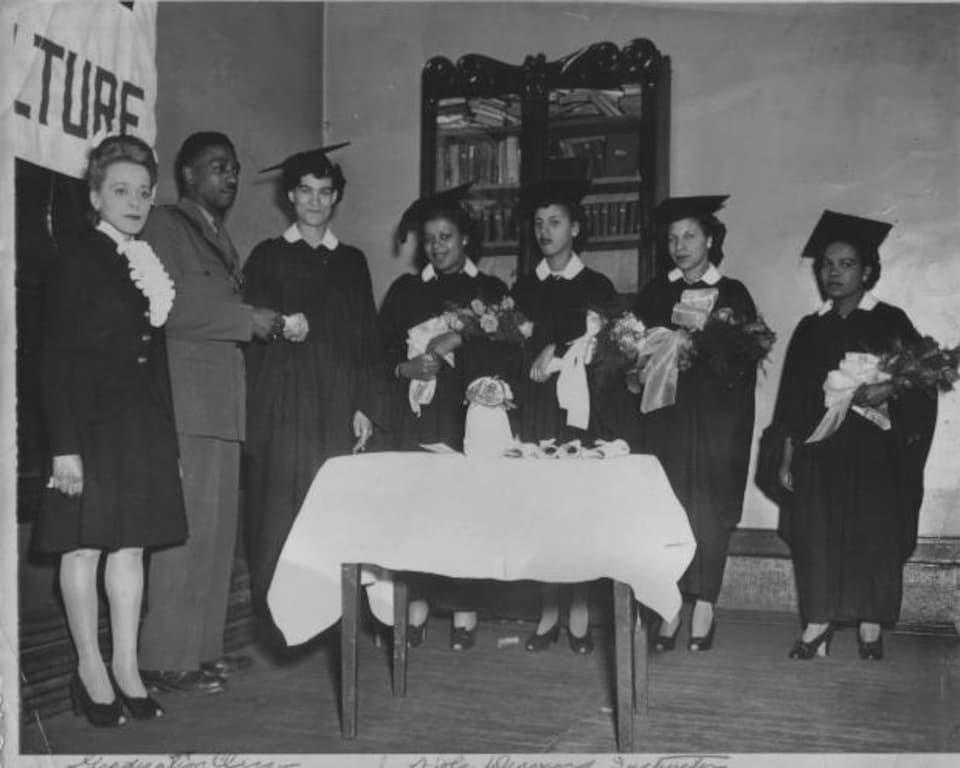 En 1945, Viola Desmond prononce un discours à la cérémonie de graduation de l'école d'esthétique qu'elle a fondée.