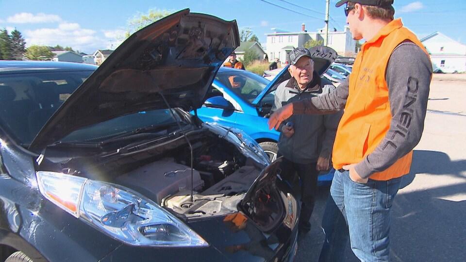 Un porte-parole de l'AVEQ décrit les avantages d'une voiture électrique à un automobiliste