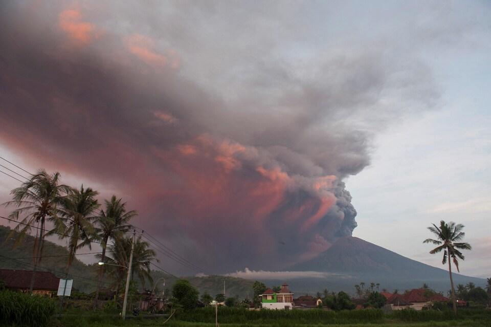 Le volcan Agung en éruption, vu du village de Culik.