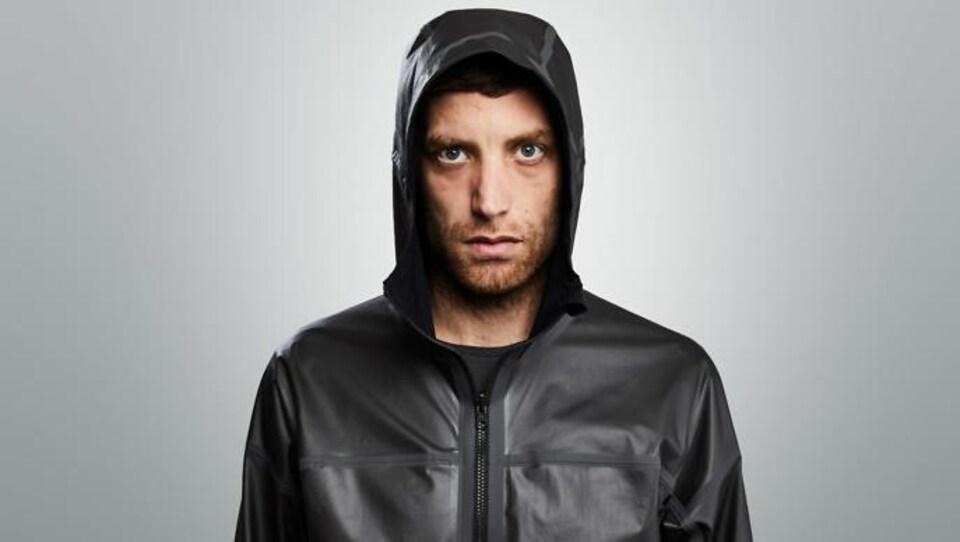Un homme porte un manteau en graphène.