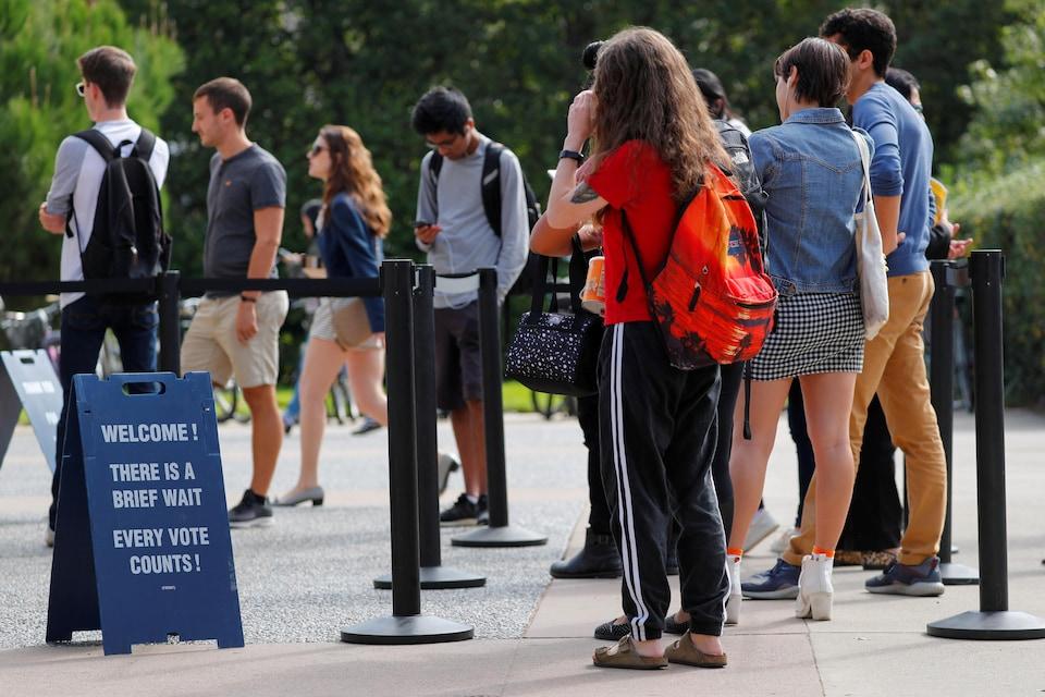 Des étudiants font la file pour voter par anticipation à un bureau de vote établi  à l'Université d'Irvine, en Californie.