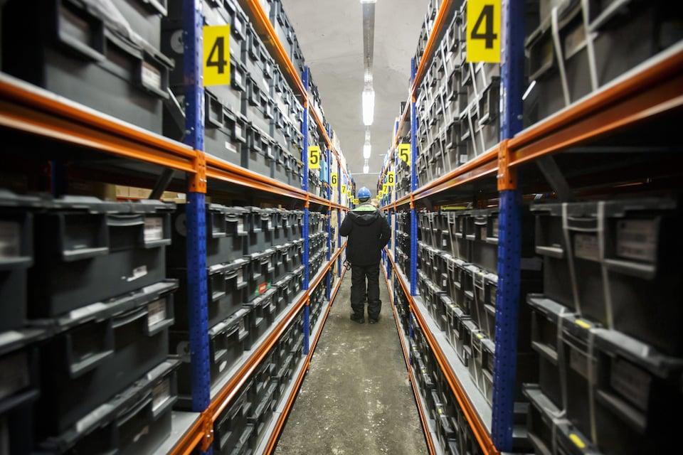 Un homme marche parmi les centaines de boîtes contenant des semences des quatre coins de la planète.