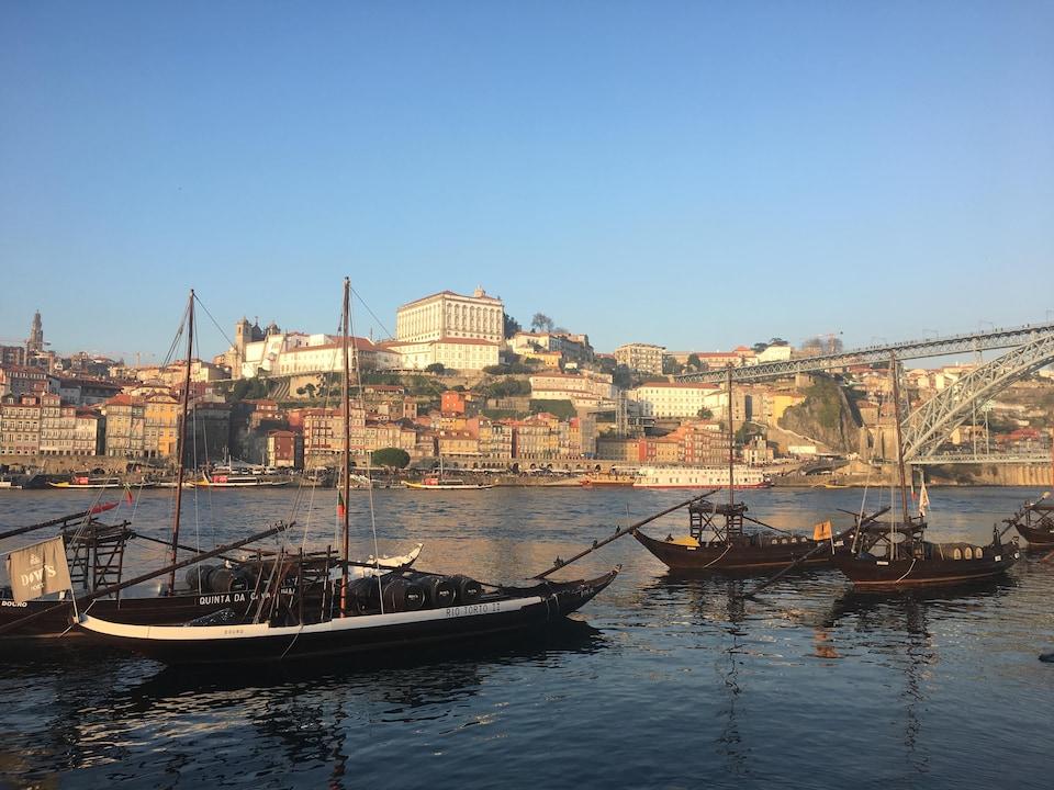 La ville de Porto, au Portugal, avec des bateaux en avant-plan