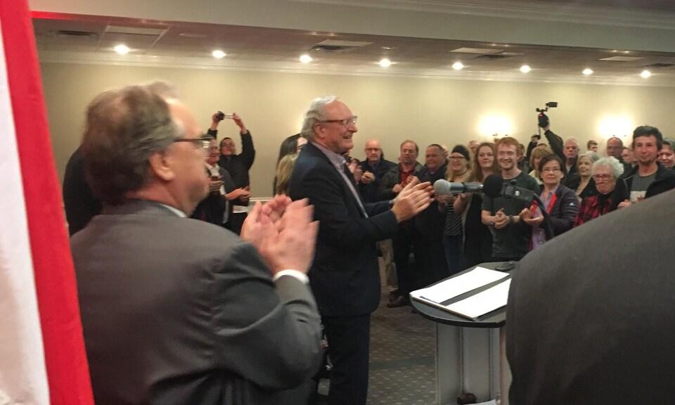 Wade MacLauchlan et tous les membres présents applaudissent.