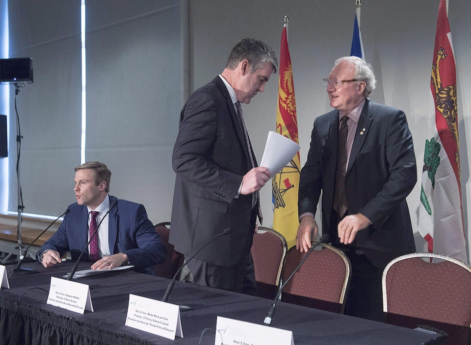Stephen McNeil et Wade MacLauchlan en décembre 2017 à Halifax.