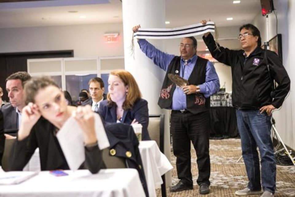 Des membres du Conseil de Bande de la première nation Chippewas de Thames exposent un wampum à deux voies lors des audiences de l'Office National de l'Énergie concernant la demande d'Enbridge de renverser le flux de l'oléoduc 9B. Toronto, 2013.